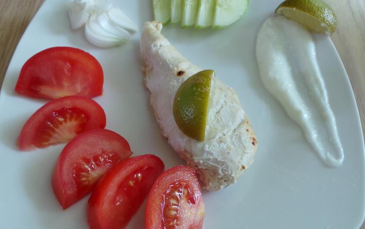 poulet grillé et concombre